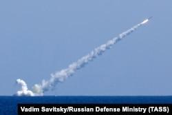Під час нанесення удару крилатими ракетами «Калібр» із російських підводних човнів «Великий Новгород» і «Колпіно», Середземне море. 14 вересня 2017 року