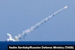 Во время нанесения удара крылатыми ракетами «Калибр» с российских подводных лодок «Великий Новгород» и «Колпино», Средиземное море, 14 сентября 2017 года