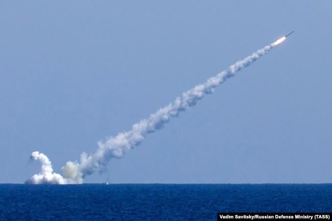 Пуск крылатых ракет с российской подводной лодки