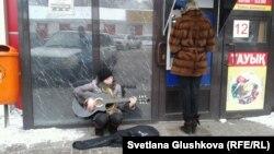 Нина Назаренко поёт на улице, чтобы прокормить детей. Астана, 10 марта 2014 года.