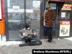 Нина Назаренко банкоматтың қасында ән айтып отыр. Астана, 10 наурыз 2014 жыл.