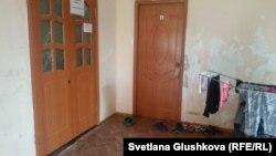 В одном из домов, где Курмановы сдают комнаты в аренду. Астана, 26 июля 2016 года.