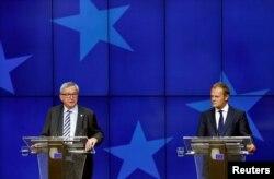 Голова Європейської комісії Жан-Клод Юнкер (ліворуч) та голова Європейської ради Дональд Туск під час саміту у Брюсселі. 29 червня 2016 року