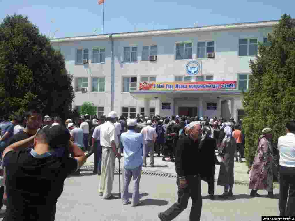 7-8-май күндөрү чек арадагы кыргыз-тажик жарандары ортосунда чыккан чатакта кыргызстандык 17, тажикстандык 8 адам ооруканага түшкөн. Кыргыз айылдарындагы дүкөн жана унаалар өрттөлгөн