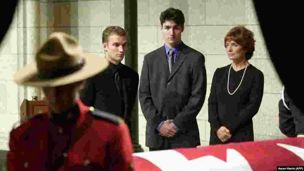 Нинішній прем'єр-міністр Канади Джастін Трюдо (в центрі) біля труни свого батька П'єра, колишнього прем'єр-міністра, 2000 рік