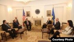 Zëvendësndihmëssekretari amerikan i Shtetit, Stjuart Xhons, gjatë takimit me liderët kosovarë, 26 shkurt 2010.
