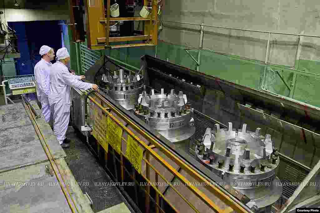 Это цех с которого все начинается, сюда приходят контейнеры с отработанным ядерным топливом