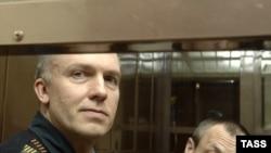 Дмитрий Довгий (слева) и Андрей Сагура в ожидании вердикта присяжных