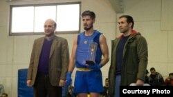 مهدی علینژاد (سمت چپ تصویر) در کنار حمیدرضا قلیپور (وسط) و حسین اوجاقی، سرمربی تیم ملی