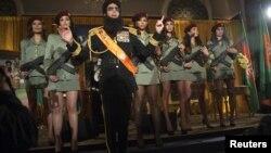 Коэн өзінің комедия стилінде баспасөз мәслихатына келген журналистерге сөйлеп тұр. АҚШ, Нью-Йорк, 07 мамыр 2012 жыл.