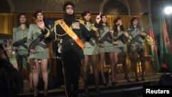 """Саша Барон Коэн в образе героя из фильма """"Диктатор"""". Нью-Йорк, 7 мая 2012 года."""