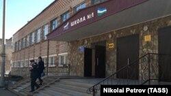 Полицаец пред училиштето во Русија каде бил извршен денешниот напад.