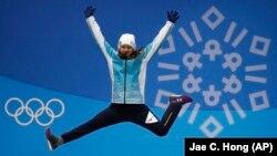 Юлия Галышева на церемонии награждения призеров Олимпиады в женском могуле в Пхёнчхане.