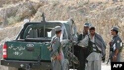 پلیس افغانستان در حال بازرسی از یک خودروی مشکوک.