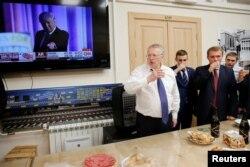 Владимир Жириновский и депутаты от ЛДПР пьют за избрание Дональда Трампа, 2016 год