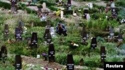 Босни -- ТIом боьдуш снайперо топ тоьхна йийначу шен хIусамненан кошаан тIехIотта веана стаг. Гезг. 8, 1993.