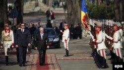 Nicolae Timofti după inaugurarea sa în funcţia de şef de stat, însoţit de speakerul Marian Lupu (stânga), 23 martie 2012