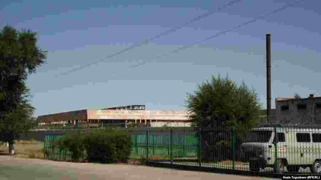 Лозунг на строящемся здании близ тюрьмы, в которой содержится оппозиционный политик Владимир Козлов.