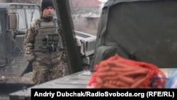 31-річний водій морпіхів Василь чекає на завантаження води та продуктів (на фото видно моркву) для транспортування на одну з передових позицій