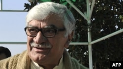 "ANP leader Asfandiyar Wali Khan, accused by ANP lawmaker Azam Khan Hoti of being an ""incompetent, corrupt sell-out."""