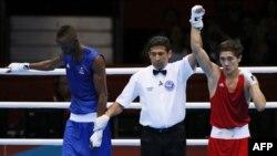 Қазақстандық боксшы Ілияс Сүлейменовтың (қызыл) швециялық қарсыласы Саломо Нтувені жеңген сәті. Лондон, 30 шілде 2012 жыл.