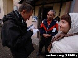 Александр Лукашук подписывает книгу жителям дома в Минске, где жил Освальд
