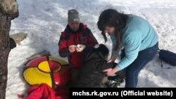 Рятувальники надають допомогу жінці, яка постраждала під час катання на сноутюбінгу на плато Ай-Петрі. Крим, Ай-Петрі, 12 січня 2019 року