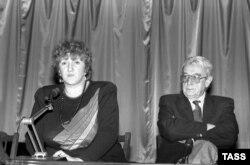 Депутаты Верховного Совета СССР Галина Старовойтова и Егор Яковлев, 29 сентября 1990 года