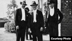 Violoniștii Jacques Thibaud, Carl Flesch, George Enescu, în 1933 la Jupille (Col. Jacques Marsick)