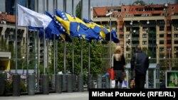 Zastave na pola koplja u Sarajevu tokom Dana žalosti zbog napada u Zvorniku