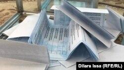 Сложенные вместе бюллетени в урне на избирательном участке № 152. Шымкент, 9 июня 2019 года.