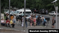 Журналисты перед зданием больницы скорой медицинской помощи в день «спецоперации». 18 июля 2016 года.