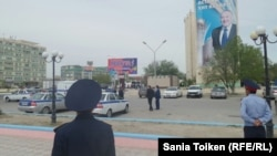 Ынтымақ алаңы маңында жүрген полиция өкілдері. Ақтау, 28 сәуір 2016 жыл.