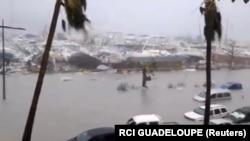 جزیره سنت مارتن به شدت از طوفان ایرما آسیب دیده بهطوری که دستکم چهار نفر در بخش فرانسوی آن کشته و ۲۱ نفر دیگر زخمی شدهاند.