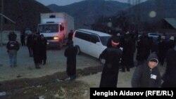 Жители села Катран Лейлекского района Баткенской области перекрыли дорогу в знак протеста против компании A.Z. International. 28 ноября 2012 года.