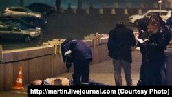 Немцов отилган жойда полициячилар текширув ўтказмоқда