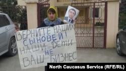 Гуля Караханова на пикете в Дербенте