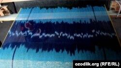 Ткацкий станок, на котором изготавливают национальную узбекскую ткань – «Атлас» в Маргилане.