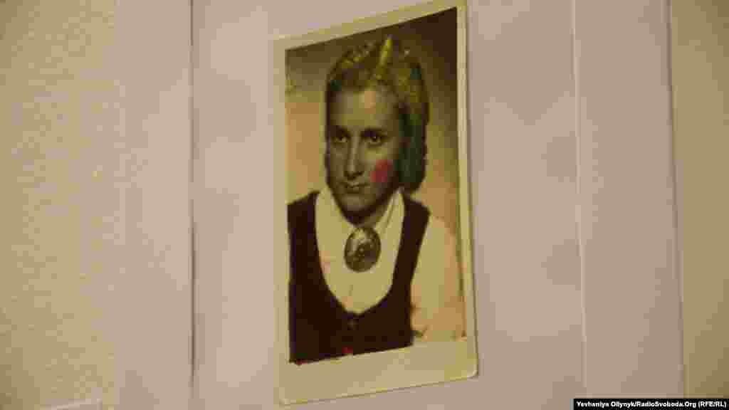 Андрій Достлєв, «Окупація». Художник намагається відтворити родинний фотоархів, що залишився в Донецьку, за допомогою матеріалів та світлин інших людей. Наприклад, «жінка на фотографії з ризької барахолки» нагадує авторові, як виглядала його бабуся 30-річною.