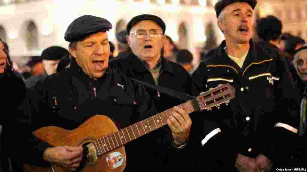 Співають пісні часів Майдану: найпопулярніша в реперутарі – «Лента за лентой»