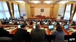 На пленарном заседании Жогорку Кенеша.
