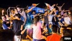 شادی شهروندان تهرانی پس از اعلام توافق هستهای ایران و شش قدرت جهانی
