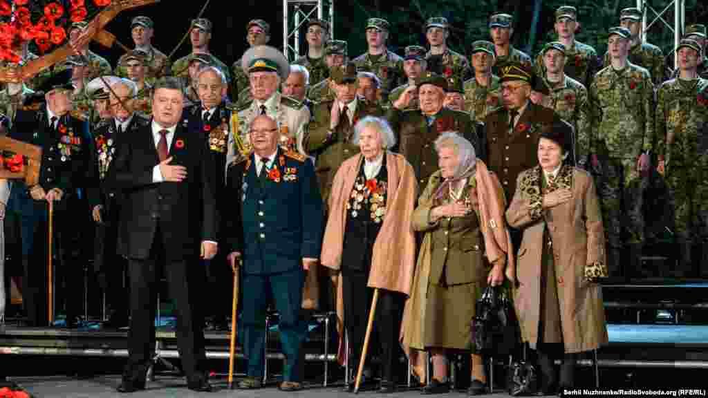 Президент України Петро Порошенко і ветерани Другої світової війни під час виконання гімну України