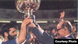 سپهبد علی حجت کاشانی، رئیس وقت سازمان تربیت بدنی ایران (راست) و پرویز قلیچخانی، کاپیتان تیم ملی ایران، برای سومین بار جام پیروزی ملتهای آسیا را برای ایران در دست میگیرند.