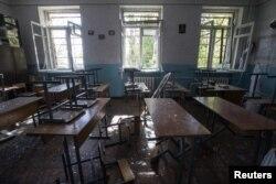Руйнації внаслідок обстрілів у школі в Донецьку. Жовтень 2014 року