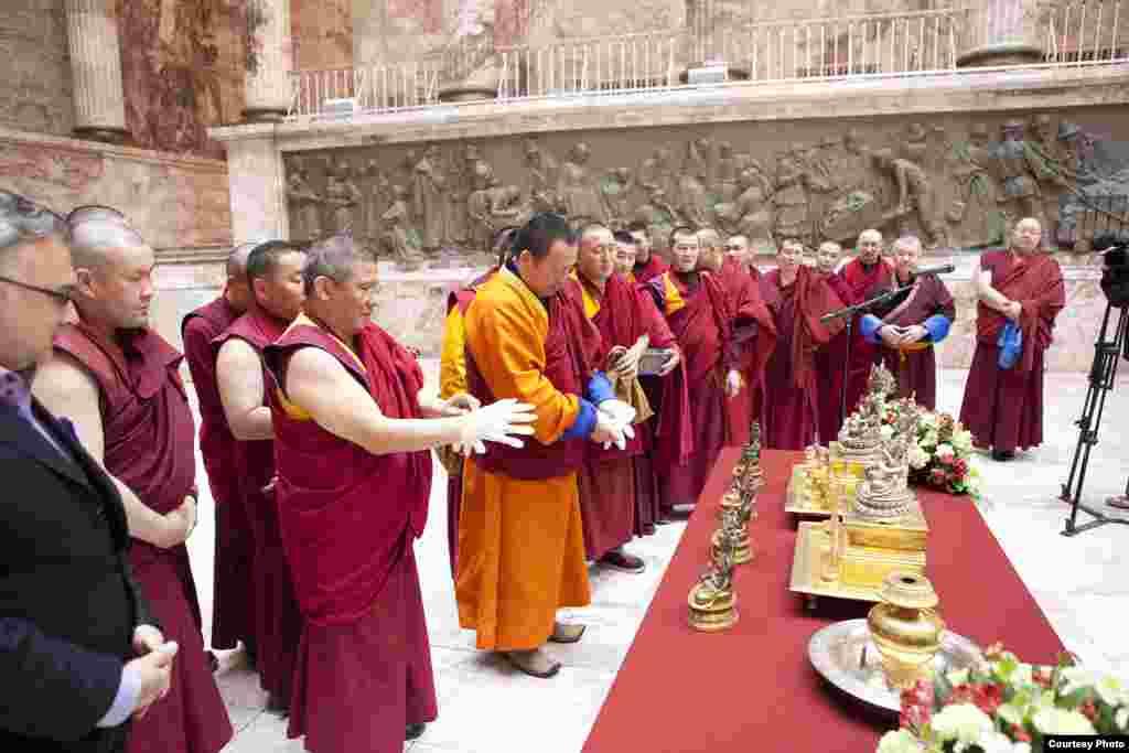 В 2011 году исполнилось 270 лет с момента официального признания буддизма одной из религий Российской империи. В этой связи Петербург, где расположен самый северный в мире дацан, посетила делегация из Бурятии, центра российского буддизма.