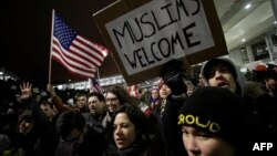 Donald Trampyň immigrasion gadagançylygy baradaky kararyna garşy protest aksiýasy, Çikago, 28-nji ýanwar, 2017.