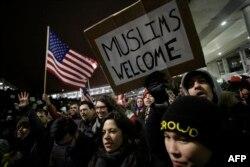 په امریکا کې د ټرمپ د مهاجرتونو د بندیز د فرمان خلاف مظاهره