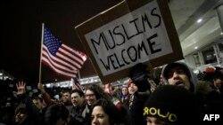 Reagime dhe protesta pas urdhrit ekzekutiv të presidentit amerikan, Donald Trump, që ndalon refugjatët dhe vizitorët nga shtatë vende me popullatë kryesisht myslimane të futen nëSHBA.