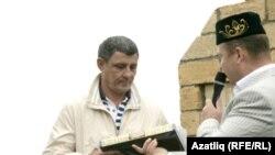 Самар өлкә татар милли-мәдәни мохтарияте рәисе Минәхмәт Халиуллов Гомәр Батыршинга бүләк тапшыра